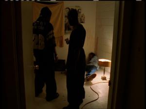 Wallace tombe dans le coin de la pièce