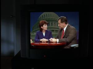 McNulty tente de suivre le débat télévisé...